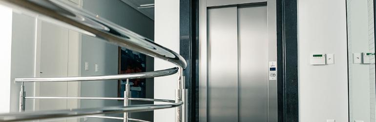 Acessibilidade em clínicas e consultórios médicos - elevadores